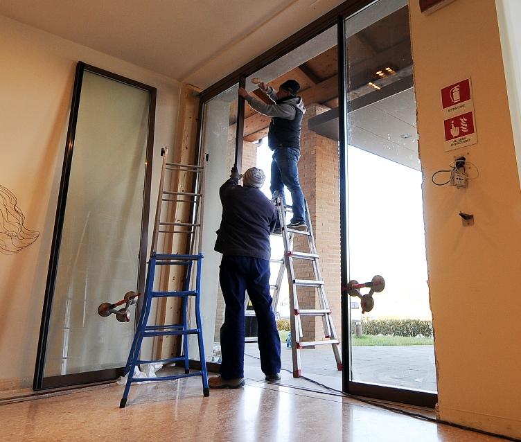 Installazione profili termici a taglio termico per un Hotel